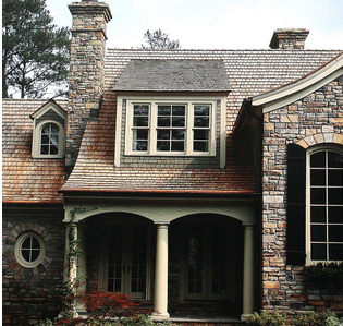 装修效果图给人以亲切感,外墙的瓷砖装饰怀旧感强烈,配合以绿绿的草地